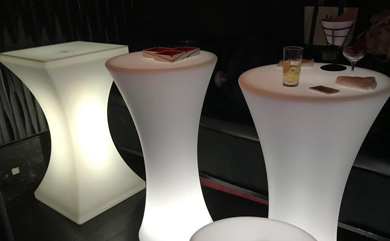 光るLED内蔵家具クラシオン「飲食店・店舗」で使用