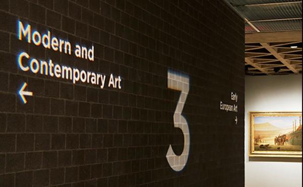 LEDプロジェクターロゴライト・ゴボライトの設置イメージ美術館の案内灯
