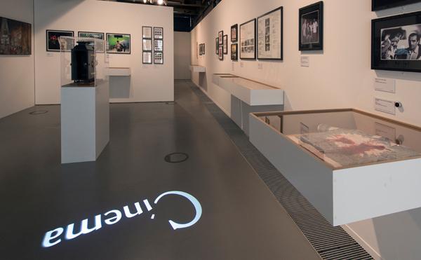 LEDプロジェクターロゴライト・ゴボライトの設置イメージ展示場の広告灯