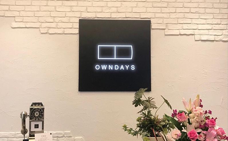 LEDパネルサイン看板の設置例「owndays店舗 壁面直付」で設置