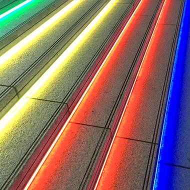 業務用LEDテープライト(間接照明)を階段足元に施工した例
