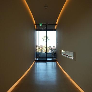 業務用LEDテープライト(間接照明)を廊下に施工した例
